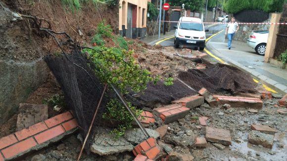 Cau un mur de contenció al carrer de Sant Jaume de Valldoreix per la pluja