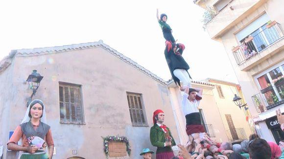 Les entitats de cultura tradicional i popular s'exhibeixen en el seguici amb protesta inclosa contra