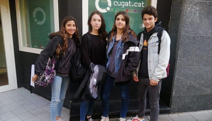 Alumnes de l'Arnau Cadell davant de Cugat Mèdia