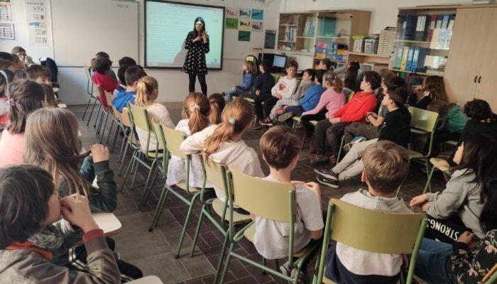Els alumnes del Pins del Vallès escoltant l'explicació de l'Alba Triadó