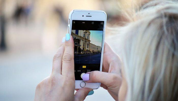 Una noia fa una fotografia per penjar-la a Instagram